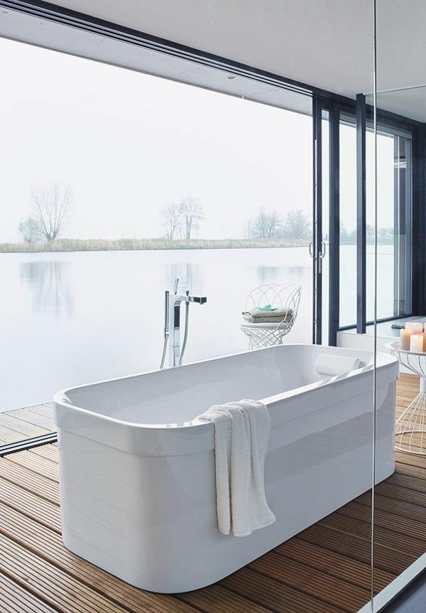 modernes badezimmer design holzboden glaswönde freistehende badewanne