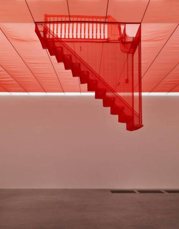 originelle architektur rote treppe
