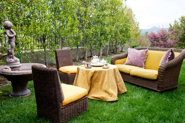 rattan gartenmöbel gelb auflagen kissen gartenparty frische Ideen für Partydeko
