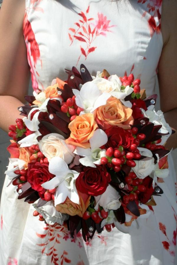rosen weiß rot orange zart kombiniert hochzeit deko brautstrauß