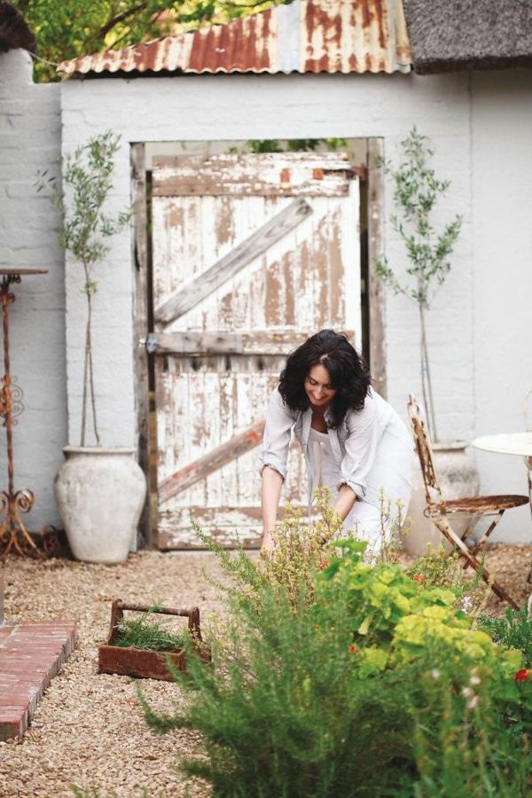 rustikal ländlich gartengestaltung kiesel steine gärtner