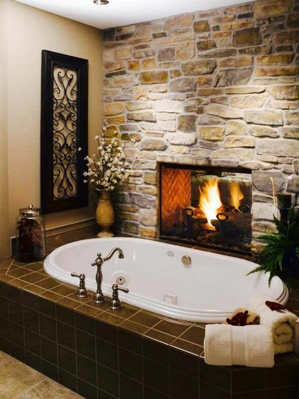 rustikale design ideen für badezimmer steinwand kamin