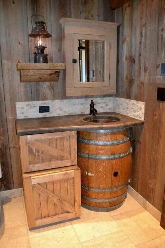rustikale diy badmöbel badezimmer holzfass holzkisten waschbecken spiegel laterne