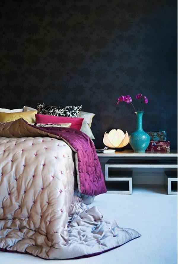 schlafzimmer dekoideen schwarze wand bettdecke
