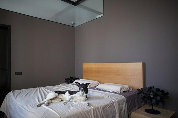 schlafzimmermöbel bett kopfteil holz dunkle wand schlafzimmer minimalistisch einrichten