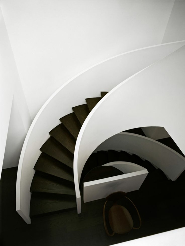 schwarz-weiße moderne treppe spiralform