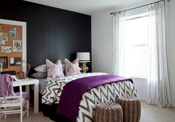 schwarz-weißes schlafzimmer bett lila akzente