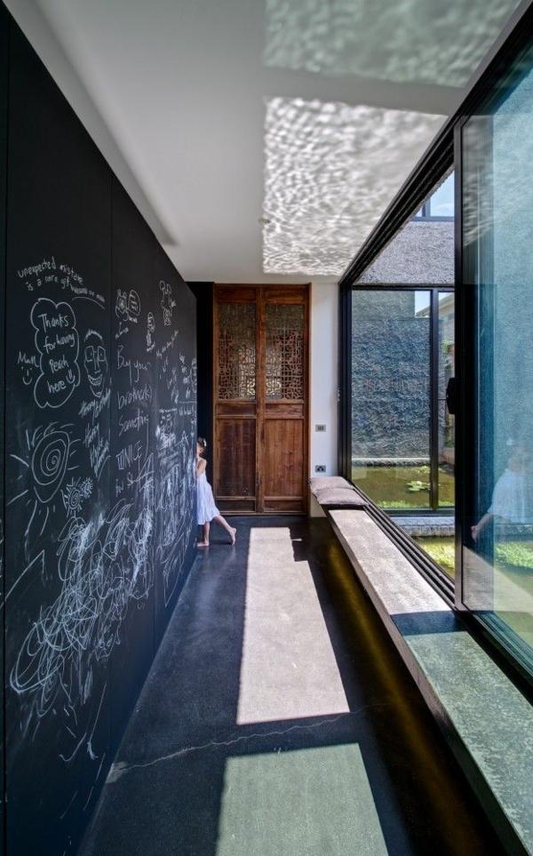 schwarze tafel korridor design ideen große fenster