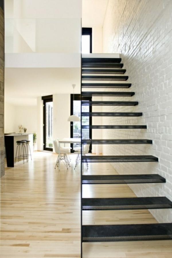 schwebende treppe im korridor schwarz