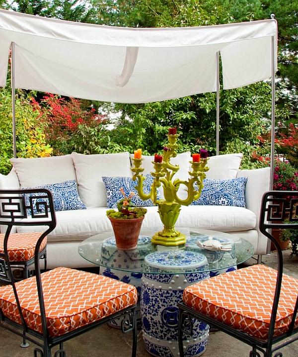 wohnzimmer blau gestalten:sitzecke im freien kafeetisch gartenstühle ...