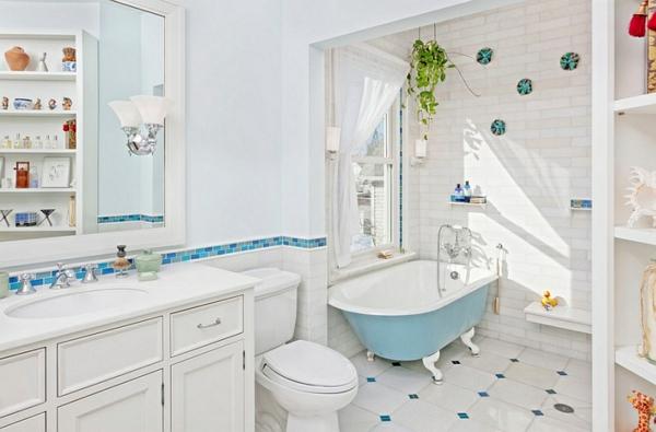 stilvolle badezimmer in blau und weiß badewannen