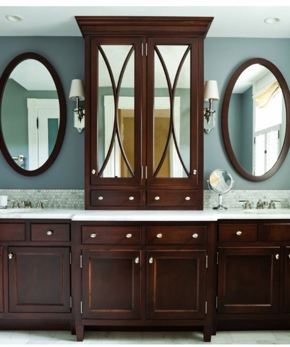 symmetrische badezimmergestaltung mit lagerraum