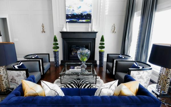 symmetrisches wohnzimmer sofa sessel schwarze akzente