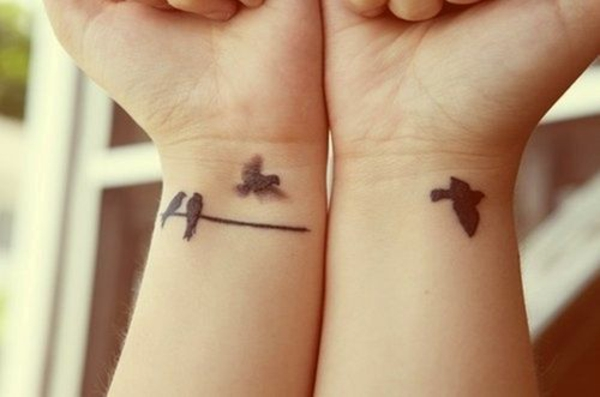 tattoo am handgelenk ideen schwarz vögel