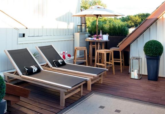 terrassengestaltung ideen Loungemöbel sicht und sonnenschutz liegen