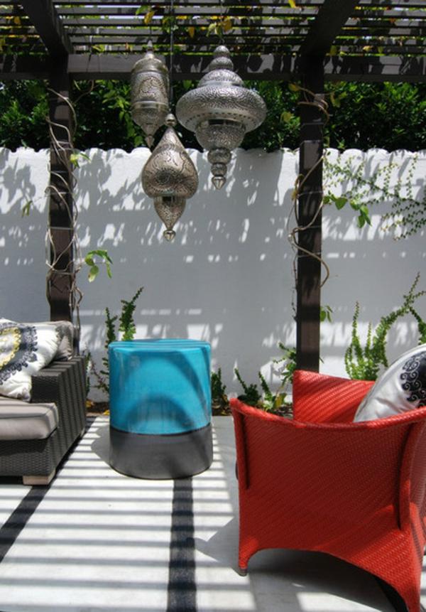 terrassengestaltung ideen laube holz pergola gartenmäbel couchtisch orientalisch hängeleuchten