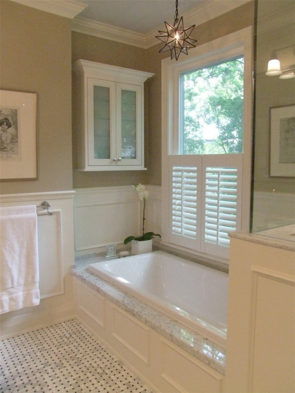 design ideen badezimmer eingebaute wanne punktförmiger mosaik bodenbelag