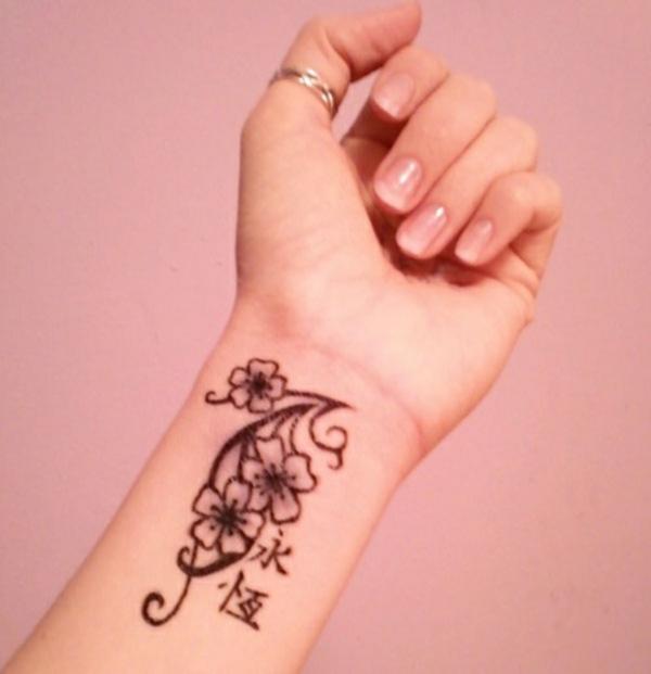 tolle ideen für handgelenk tattoo blumen