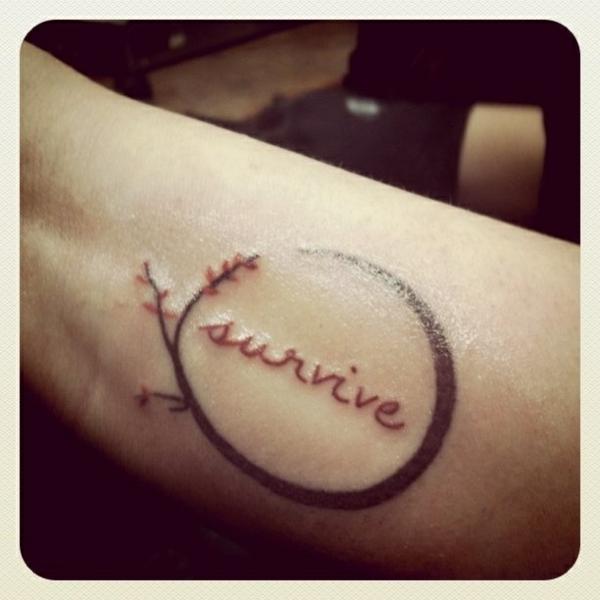 tolle ideen für handgelenk tattoo schriftarten rot schwarz