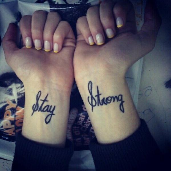 tolle ideen für handgelenk tattoo schriftarten