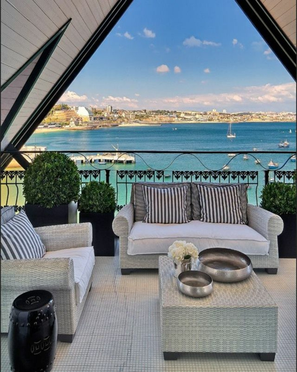 terrassengestaltung mit meerblick rattan möbel