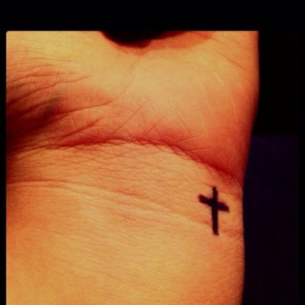 trendy handgelenk tattoo ideen kreuz