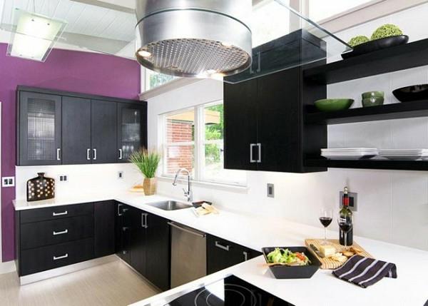 trendy lila farbe kücheneinrichtung schwarz küchenschrank weiß fliesenspiegel