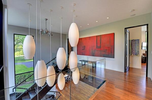 treppenhaus holz bodenbelag glas geländer hängelampen