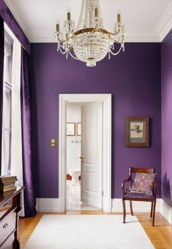 wandgestaltung luxuriöses lila kronleuchter