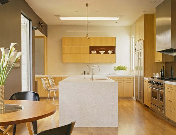 kücheninsel holz warm trendy küche dachfenster