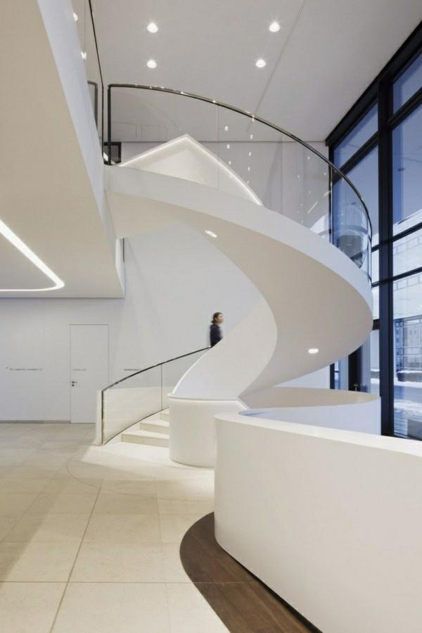 weiße treppen spiralform geländer eingebaute beleuchtung