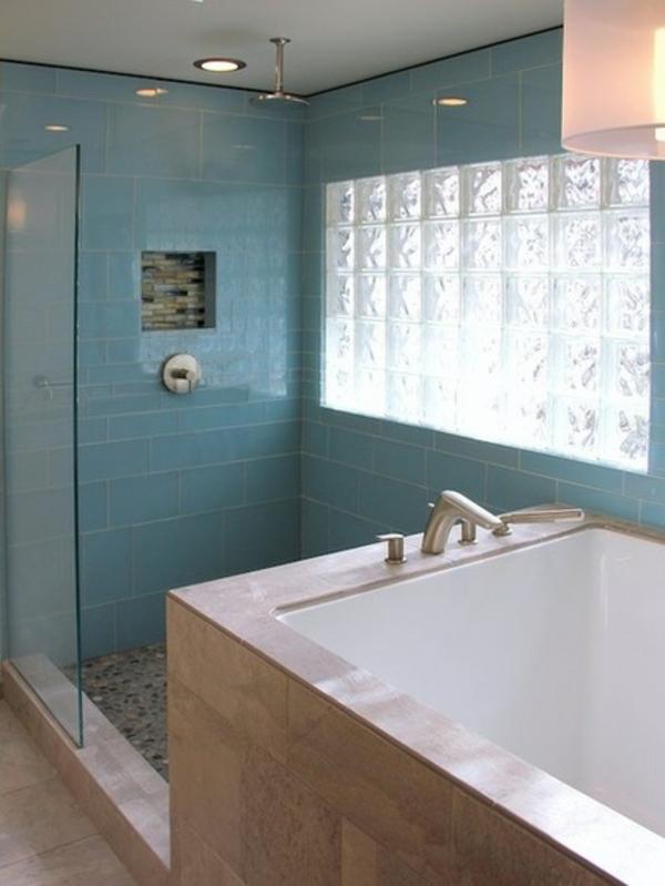 zeitgenössisches badezimmer blau weiße fenster