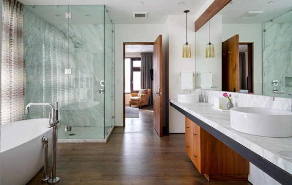 zeitgenössisches badezimmer mit glas duschkabine wanne