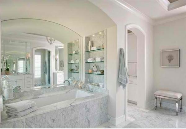 Badezimmer Regale aus Glas weiß luftig