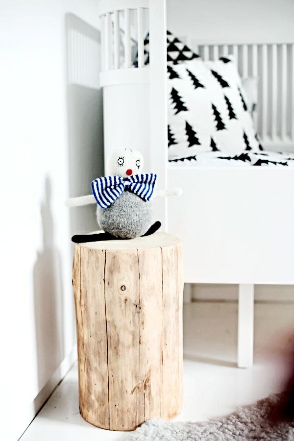 Beistelltisch kinderzimmer weiß bemalt Holzblock nachttisch