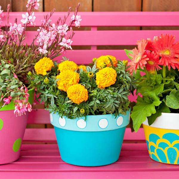 Bunte Gartendeko rosa gartenbank holz blumentöpfe pflanzen