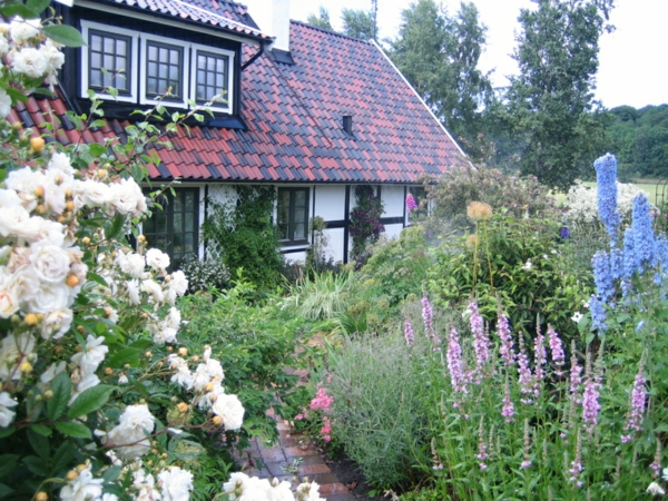 Gartenhaus weiß blumen Schwedenstil üppig laub