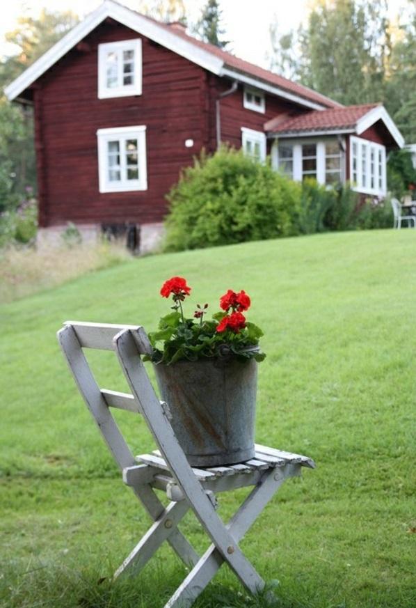 Gartenhaus im Schwedenstil stuhl blumen