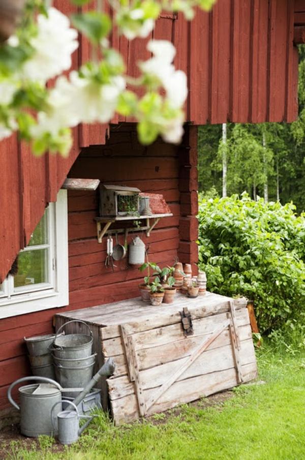 Gartenhaus im Schwedenstil werkzeuge rot