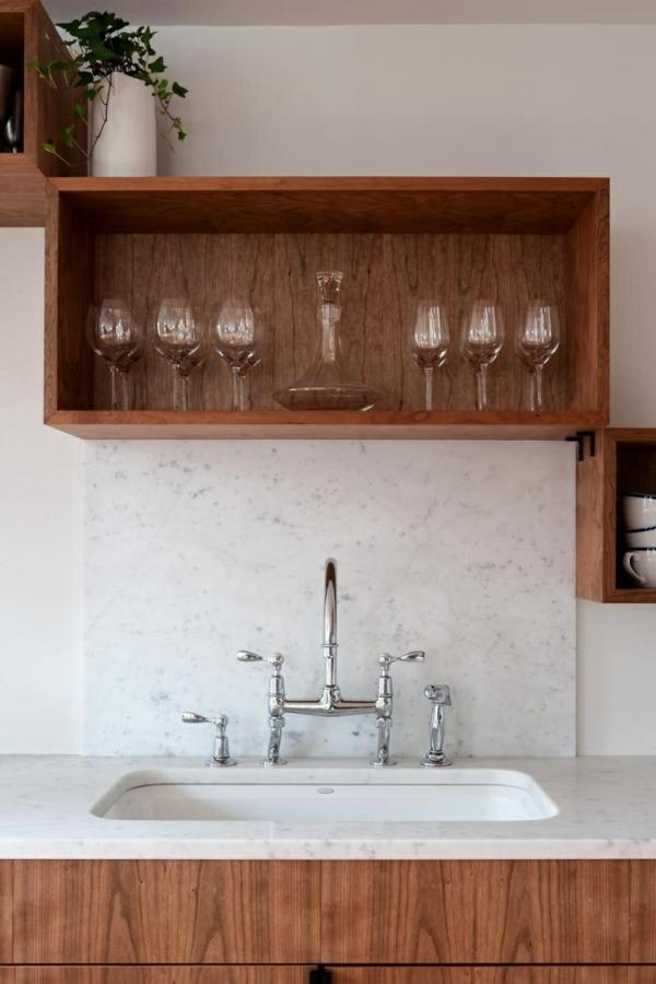 gestaltung Küchenwand spritzschutz küche regale