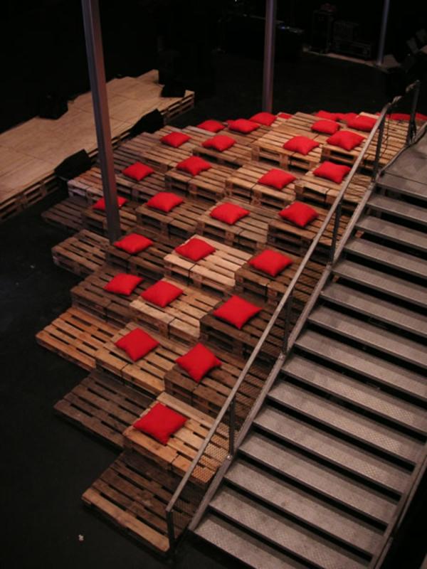 Möbel aus Europaletten rot deko bodenbelag