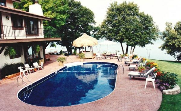 Swimmingpool im Garten bäume oval groß
