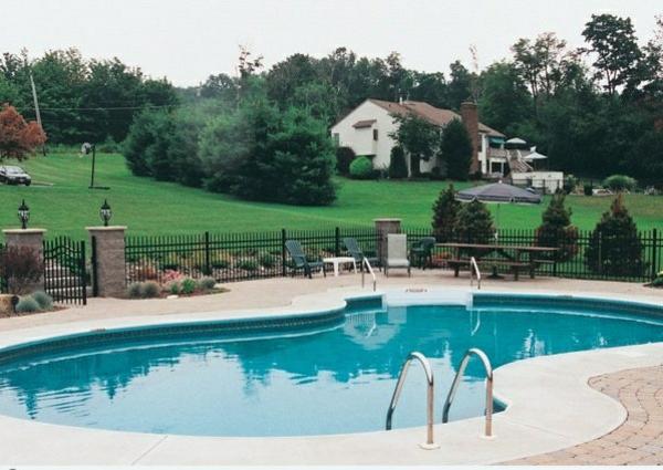 Swimmingpool im garten natur