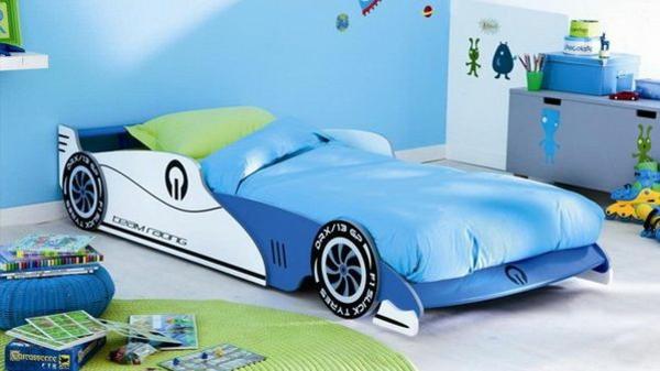 außergewöhnliche betten kinderzimmer designideen auto blau teppich