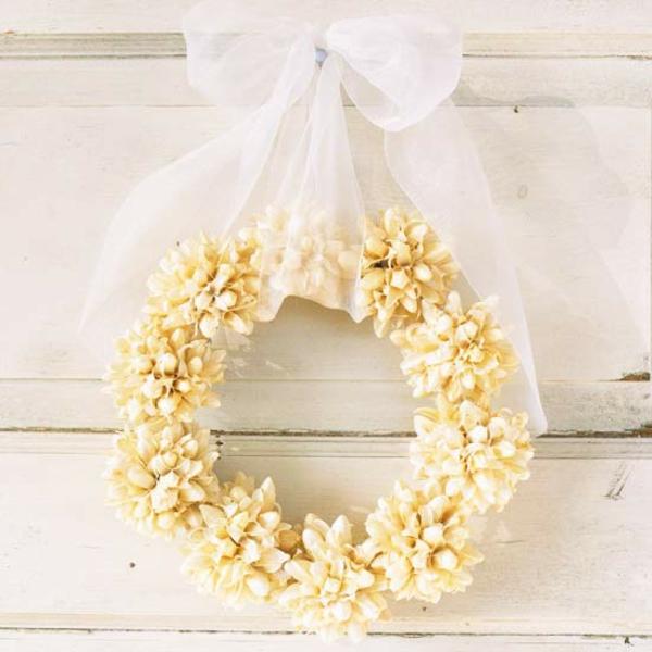 bastelideen mit naturmaterialien deko ideen herbstblumen türkranz
