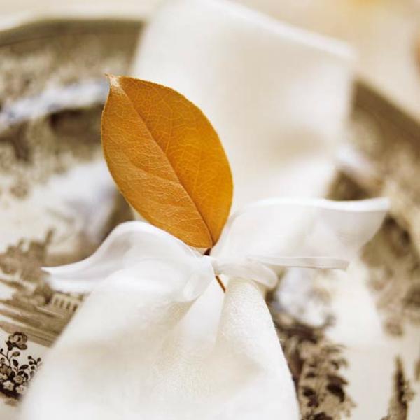 bastelideen mit naturmaterialien herbst tischdeko serviettenringe blätter