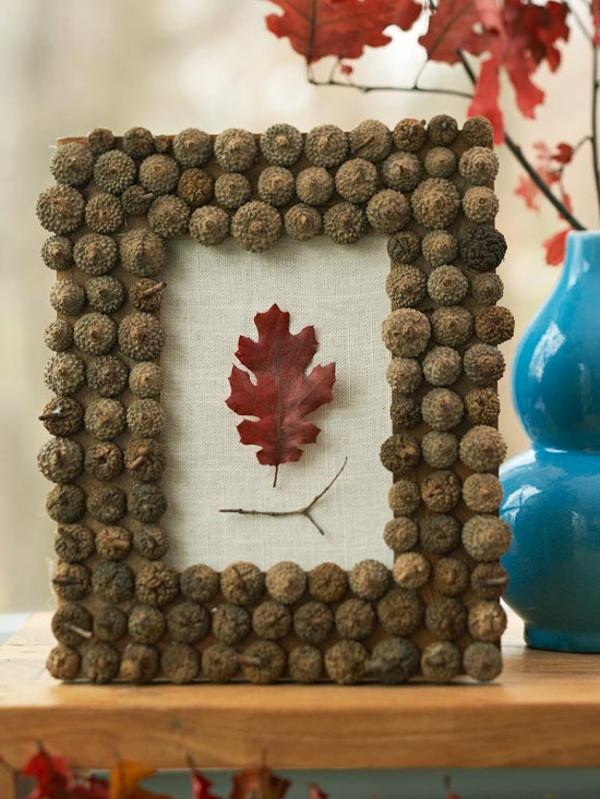 Basteln mit naturmaterialien herbst deko bildrahmen aus eicheln basteln