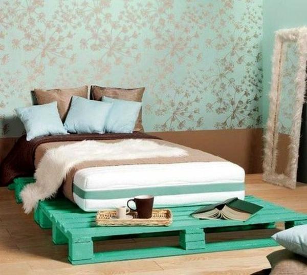 bett aus paletten bauen grün diy ideen im schlafzimmer wandtapete