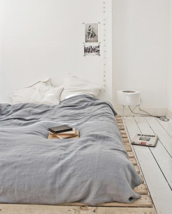Bett aus europaletten selbst bauen coole m bel zeigen ihren charakter - Bett minimalistisch ...