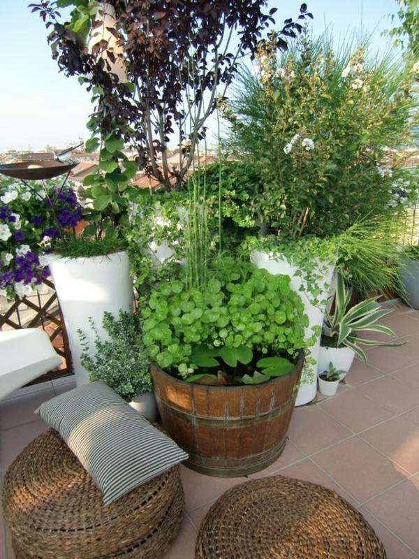 dachterrasse gestalten balkonpflanzen gefäße rattanmöbel hocker bodenfliesen